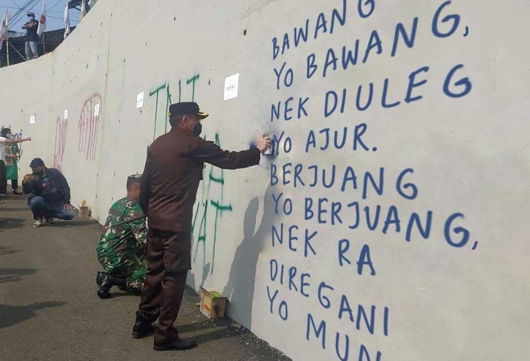 Meme plesetan grafiti di Jembatan Kedungkandang Malang. (Foto : Netizen)