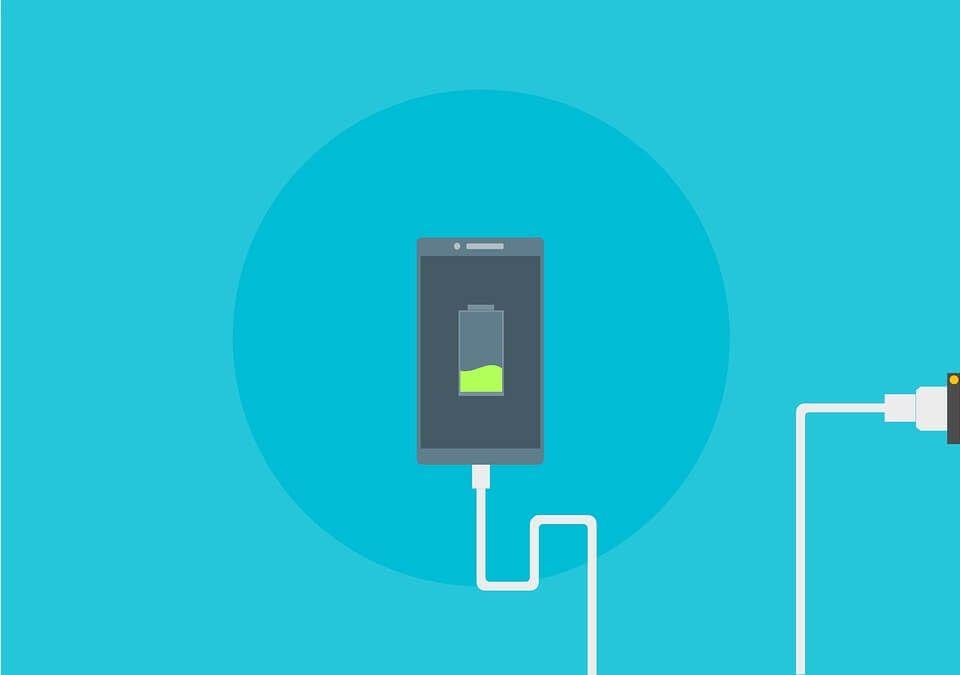 Ilustrasi mengisi daya baterai handphone dengan benar. (Foto: Pixabay)