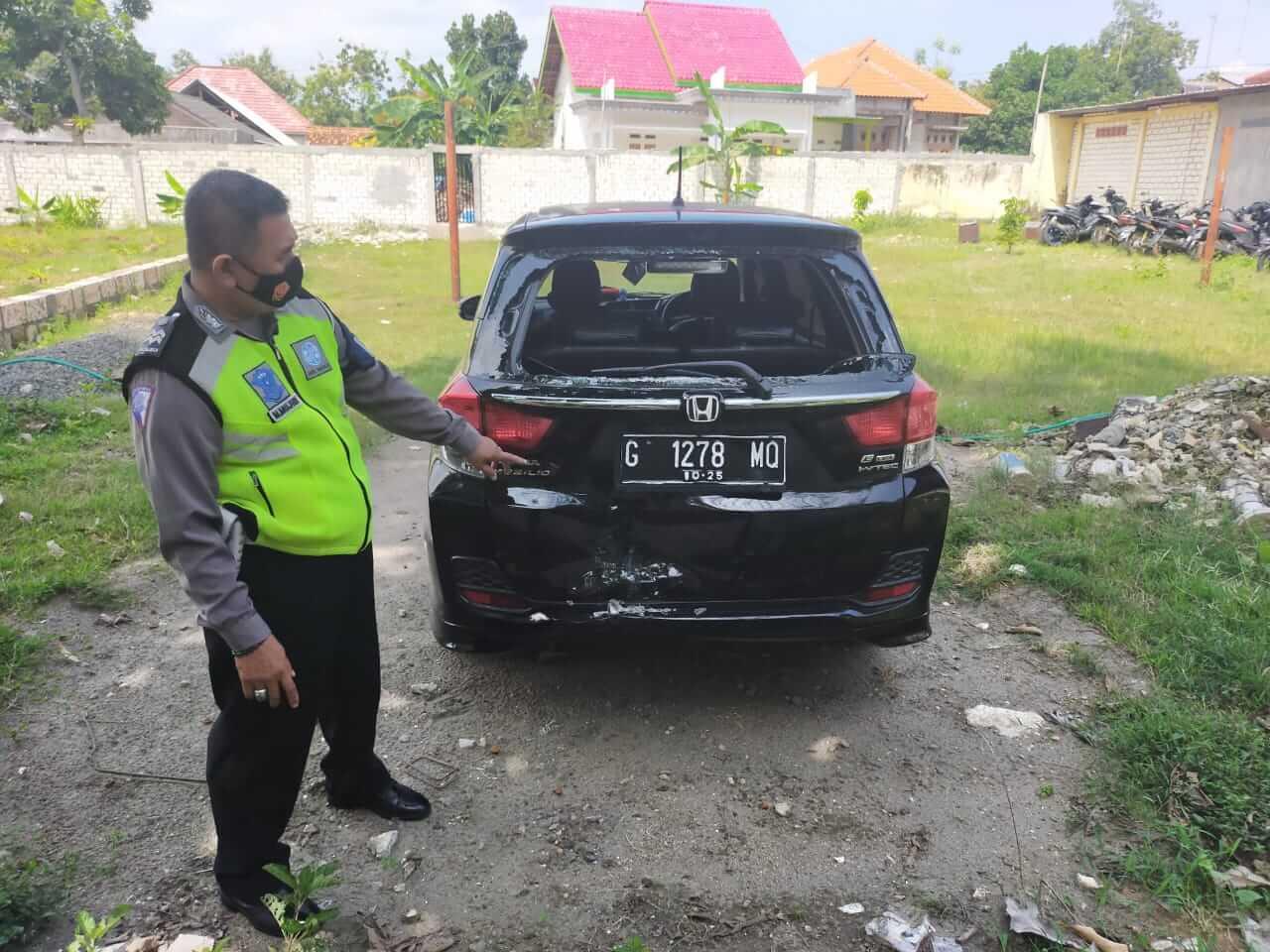 Petugas kepolisian tengah melakukan evakuasi mobil yang terlibat kecelakaan di Tuban, Senin (22/3/2021). (Foto: Humas Polres Tuban)