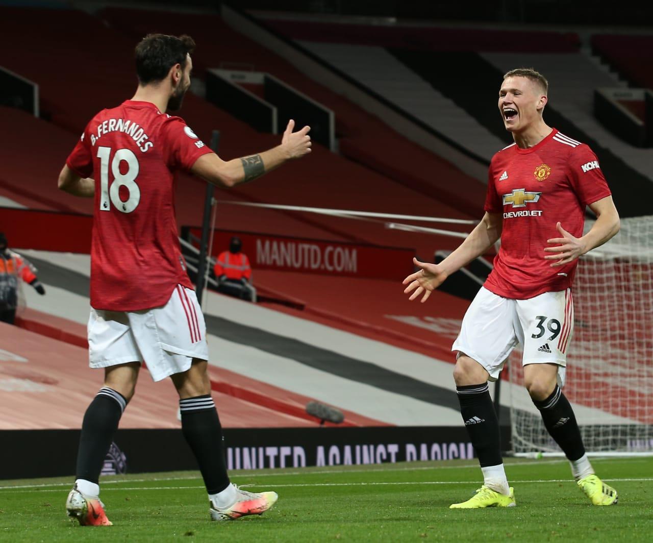 Scott McTominay dan Bruno Fernandes merayakan gol bunuh diri untuk MU yang diawali dari tendangan sudut. (Foto: Twitter/@ManUtd) man united vs west ham