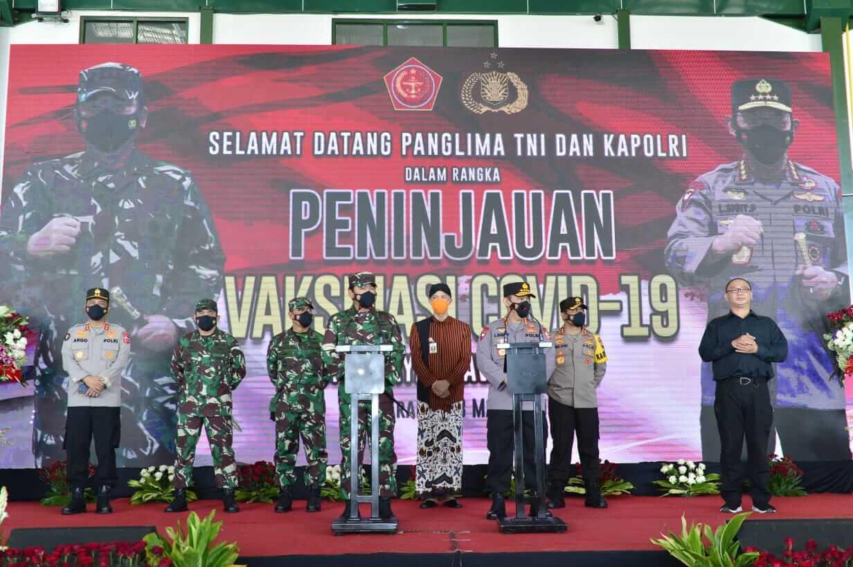 Kapolri Jenderal Pol Listyo Sigit Prabowo bersama Panglima TNI Marsekal Hadi Tjahjanto meninjau langsung proses vaksinasi di Puskesmas Gayungan, Surabaya, Kamis (18/3/2021) siang. (Foto: Dokumen/Polri) tugu jatim