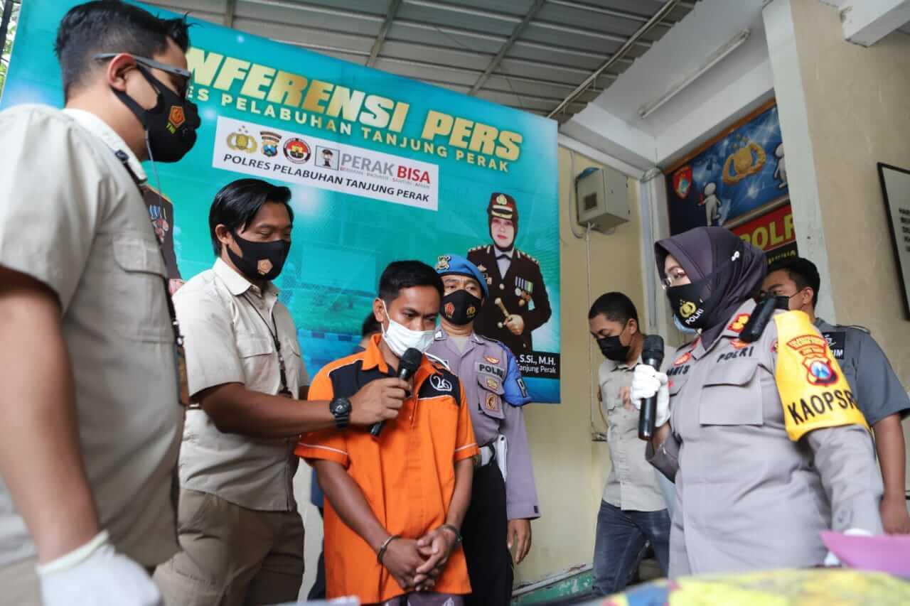 Polres Pelabuhan Tanjung Perak dalam sesi konferensi pers ungkap kasus pembunuhan yang dilakukan HSN pada SS, Kamis (04/03/2021) siang. (Foto: Rangga Aji/Tugu Jatim) pembunuhan pemuda di surabaya, tukang jagal sapi