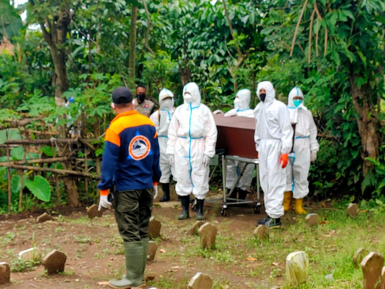 Petugas Pemulasaraan Jenazah COVID-19 UPT PPU Kota Malang. (Foto : Dok. UPT PPU) tugu jatim