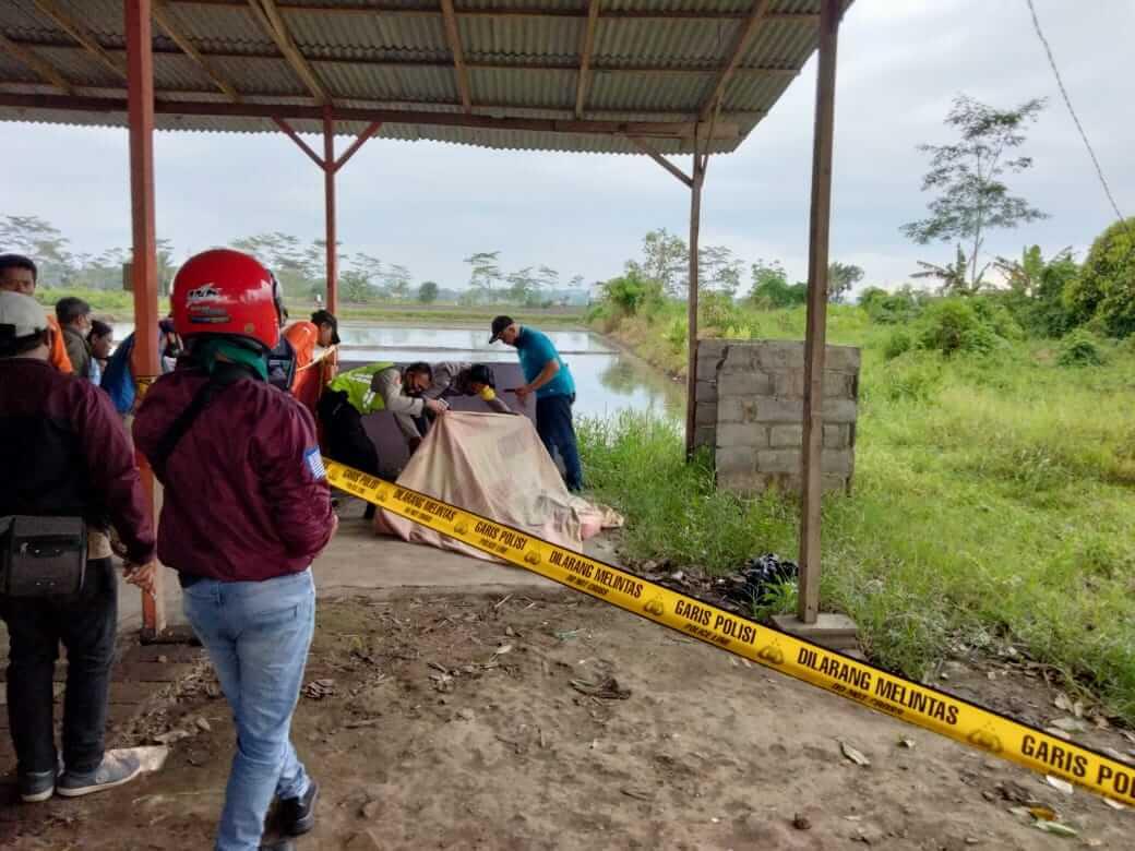 Polisi tengah proses evakuasi penemuan mayat perempuan di Malang yang diketahui merupakan pemandu lagu. (Foto: RAP/Tugu Malang/Tugu Jatim) pembunuhan