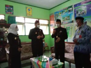 Bupati Kediri, Hanindhito Himawan Pramana melakukan peninjauan ujian sekolah tatap muka di SMPN 1 Ngasem Kabupaten Kediri, Kamis (25/3/2021). (Foto: Dokumen/Pemkab Kediri)