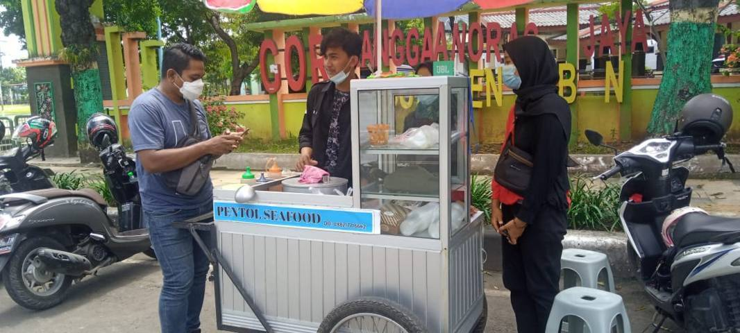 Kelompok mahasiswa dari Unirow, Tuban yang mencoba berbisnis kuliner pentol seafood. (Foto: Mochamad Abdurrochim/Tugu Jatim)