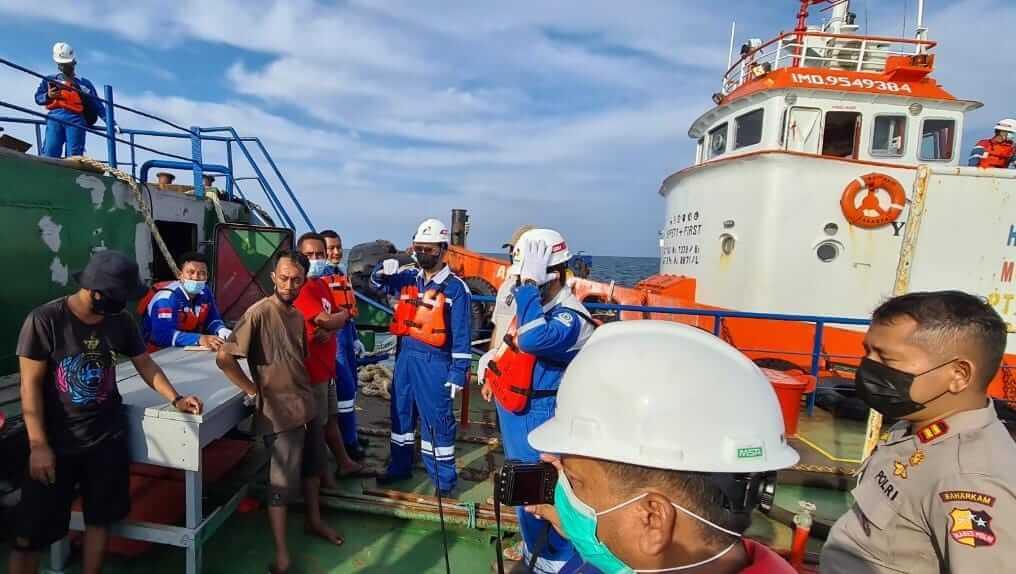 Personel dari Polairud bersama petugas Pertamina Fuel Tuban mengamankan kapal MT Putra Harapan yang melakukan pencurian BBM. (Foto: Humas MOR V Pertamina)