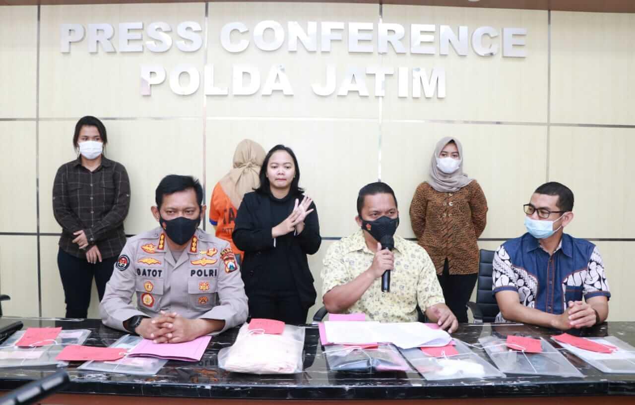 Sesi konferensi pers ungkap kasus prostitusi di sebuah tempat karaoke di Blitar oleh Polda Jatim, Jumat (19/3/2021) siang. (Foto: RanggaAji/Tugu Jatim)