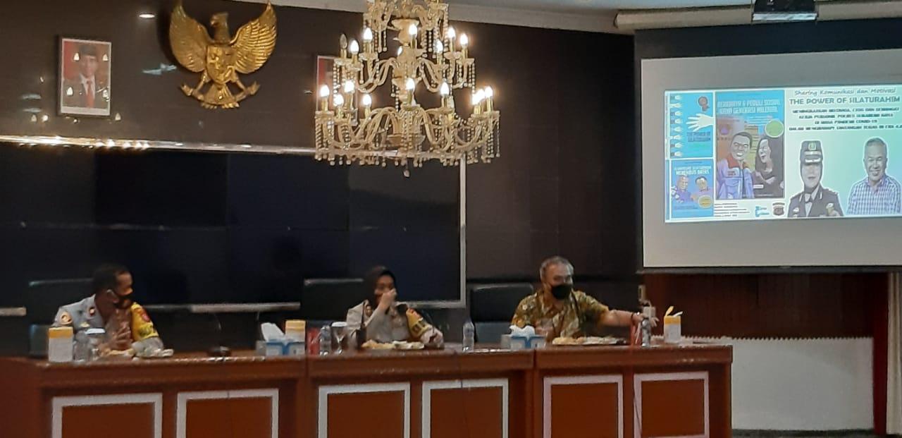 Pakar Komunikasi dan Motivator Nasional Dr Aqua Dwipayana saat Sharing Komunikasi dan Motivasi di Polres Sukabumi Kota pada Selasa malam (2/3/2021). Didampingi Kapolresnya AKBP Sumarni Guntur Rahayu. (Foto: Nurcholis MA Basyari/Tugu Jatim)
