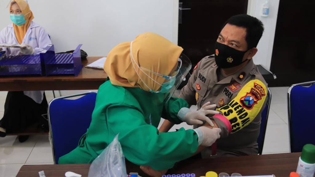 Bidang Kedokteran dan Kesehatan (Biddokes) Polda Jatim melakukan pemeriksaan kesehatan terhadap anggota Polres Tuban. (Foto: Humas Polres Tuban)
