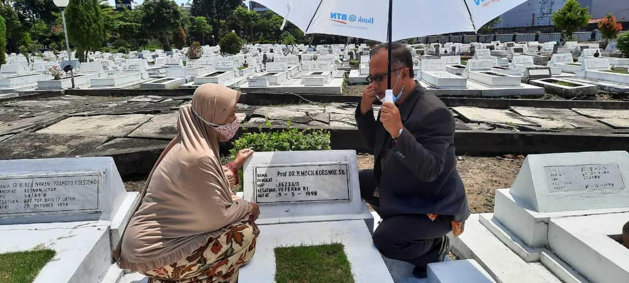 Prof Abdul Haris (kanan), Rektor UIN Maliki Malang ketika ziarah ke makam tokoh pendidikan Prof Dr Moch Koesnoe di Makam Pahlawan Surabaya, Minggu (21/3/2021). (Foto: Dokumen Pribadi)