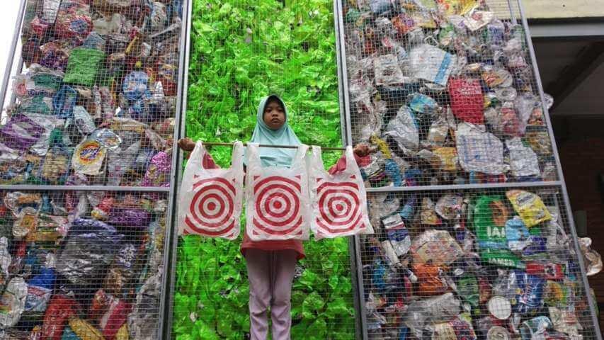 Aeshnina Azzahra Aqilani selaku Co-Captain River Warrior Indonesia berswafoto di depan sampah plastik dari Amerika Serikat. (Foto: River Warrior Indonesia)