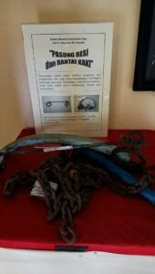 Koleksi pasung besi dan rantai kaki di Museum Kesehatan Jiwa. (Foto: Ovi-Gufron/Tugu Jatim)