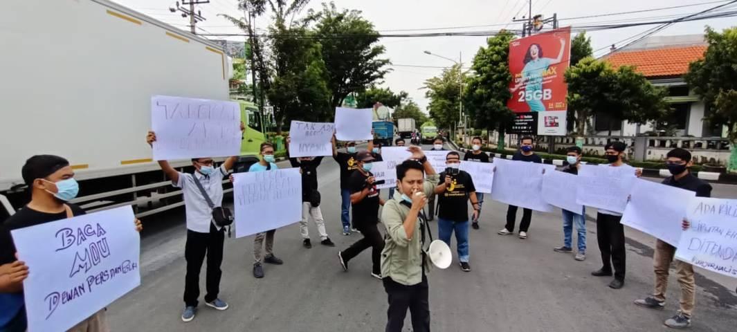 Aksi solidaritas yang dilakukan puluhan jurnalis di Tuban yang mengatasnamakan Forum Wartawan Tuban terhadap jurnalis Tempo, Nurhadi yang mengalami kekerasan saat melakukan liputan invetigasi kasus suap pajak. (Foto: Mochamad Abdurrochim/Tugu Jatim) kekerasan terhadap jurnalis dewan pers