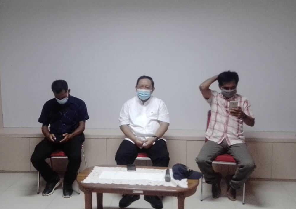 Kadispora Surabaya Afgani Wardhana (tengah) pada sesi konferensi pers, Jumat (19/3/202). (Foto: Rangga Aji/Tugu Jatim) stadion tambaksari, dispora surabaya