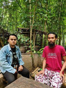 Penulis bersama Yasin, pengelola Tomboan Ngawonggo. (Foto: Dani Alifian)
