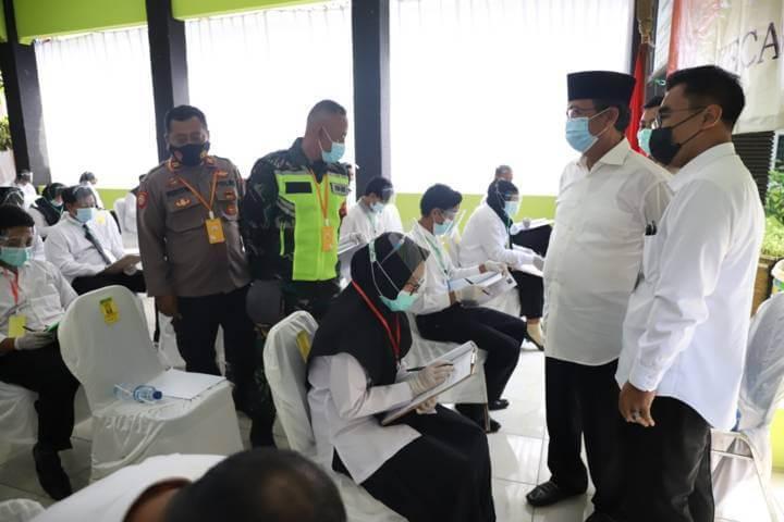 Bupati dan Wakil Bupati Tuban, H. Fathul Huda dan Noor Nahar Husein saat meninjau berlangsugnya Ujian Perangkat Desa 2021. (Foto: Humas Pemkab Tuban)
