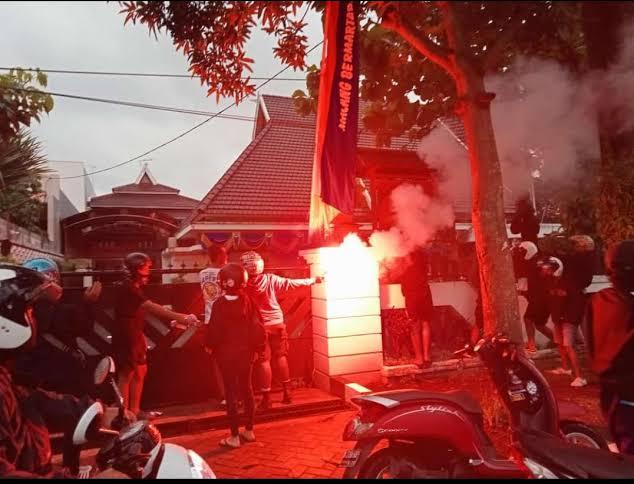 Aksi gerakan Make Malang Great Again (MMGA) di depan rumah dinas Wali Kota Malang. (Foto: Netizen/Tugu Jatim)
