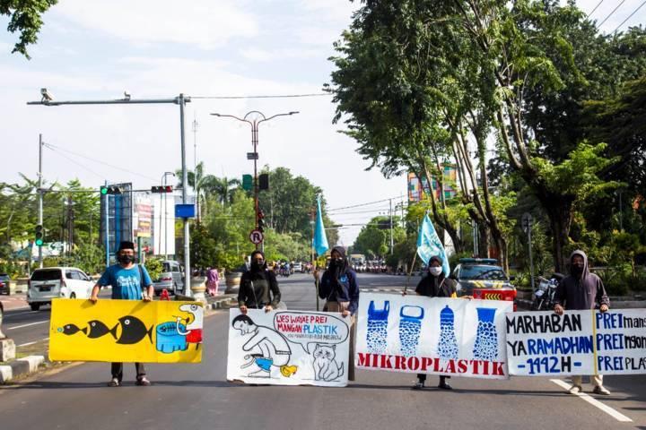 Aktivis Lingkungan Deklarasi #StopMakanPlastik melakukan aksi di Kabupaten Sidoarjo, Sabtu (10/04/2021).(Foto: River Warrior Indonesia/Tugu Jatim)