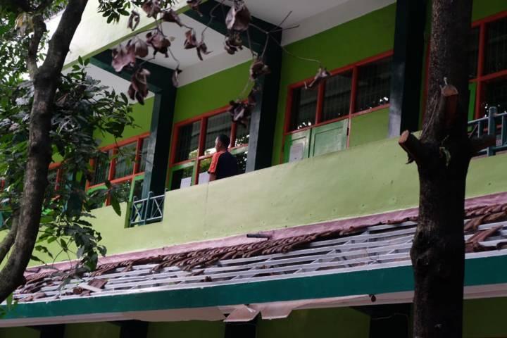 Tampak genteng SMKN 1 Turen yang jatuh kena guncangan kuat. (Foto: Rap/Tugu Jatim)