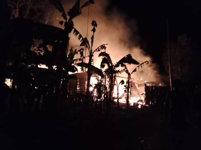 3 rumah di Bojonegoro hangus dilalap api. (Foto: Damkar Bojonegoro/Tugu Jatim)