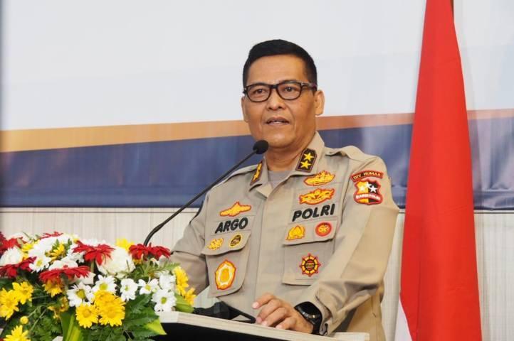 Kadiv Humas Polri Irjen Pol Argo Yuwono menyampaikan informasi pada pewarta dalam press conference, Senin sore (05/04/2021). (Foto: Polda Jatim/Tugu Jatim)