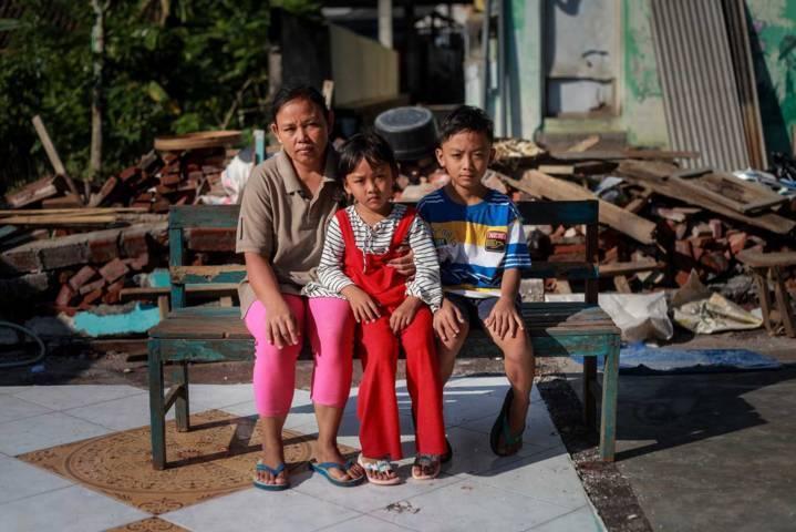 Potret Anita bersama kedua anaknya, Arum sekarang masih sekolah di taman kanak-kanak dan Mahesa kelas 4 SD. (Foto: Bayu Eka/Tugu Jatim)