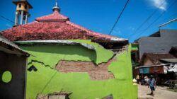 Tembok musala di daerah Kabupaten Malang yang mengalami keretakan pada dinding-dinding temboknya. (Foto: Bayu Eka Novanta/Tugu Malang/Tugu Jatim)