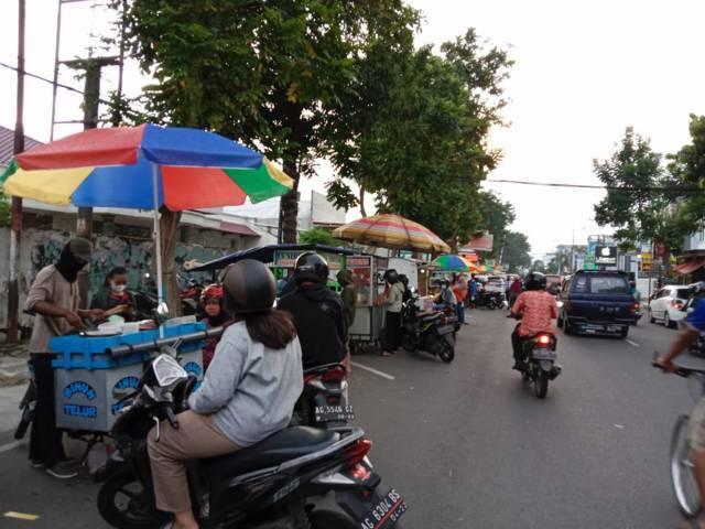 Diperbolehkan berjualan, tapi Pasar takjil Ramadhan tahun ini sepi. (Foto: Noe/Tugu Jatim)