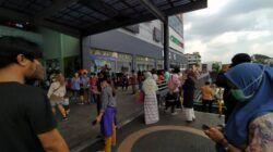 Pengunjung di Mal Olympic Garden (MOG) Kota Malang berhamburan keluar gedung usai terjadi gempa kuat berskala 6,7 Magnitudo pada Sabtu (10/04/2021). (Foto: Azmy/Tugu Jatim)