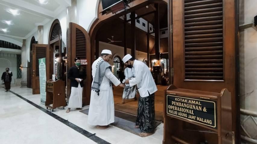 Jamaah salat Tarawih dicek suhunya di Masjid Agung Jami' Kota Malang. (Foto:Azmy/ Tugu Jatim)