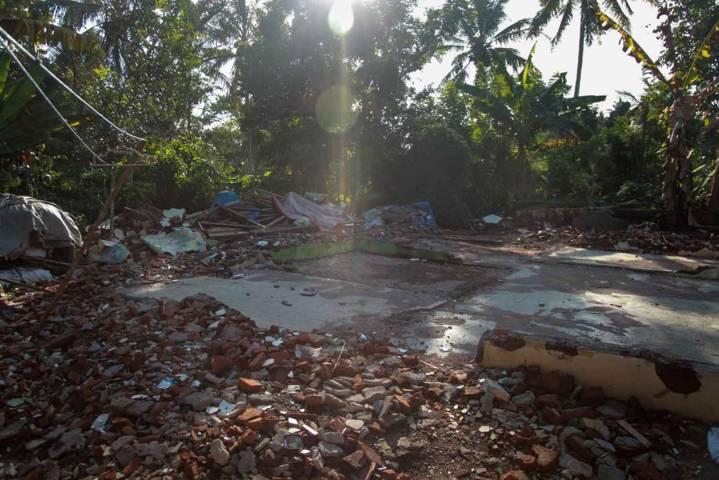 Kondisi rumah mereka yang telah rata dengan tanah di Desa Tirtoyudo, Kecamatan Tirtoyudo, Kabupaten Malang. (Foto: Bayu Eka/Tugu Jatim)