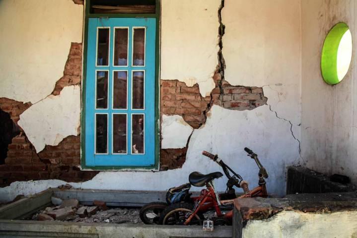 Retakan menganga pada sebuah tembok rumah di Kabupaten Malang pasca-gempa berkekuatan M 6,1, Sabtu (10/4/2021). (Foto: Bayu Eka Novanta/Tugu Malang/Tugu Jatim)
