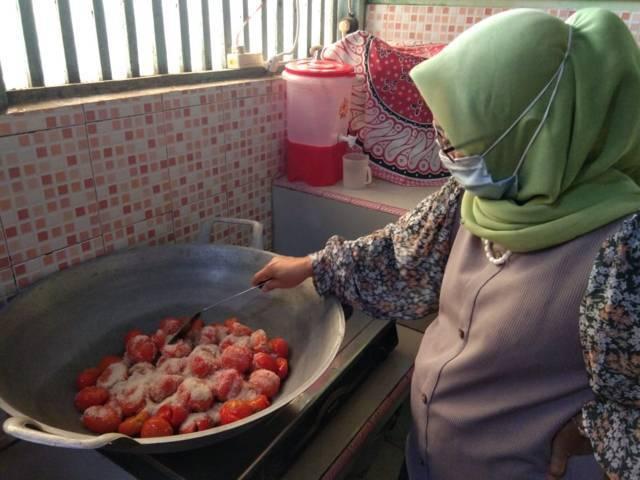 Setelah tomat dicuci bersih, dimasak dengan gula pasir. (Foto: Mila Arinda/Tugu Jatim)