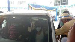 Salah satu lansia yang divaksinasi petugas di Kota Malang. (Foto: Feni Yusnia/Tugu Jatim)