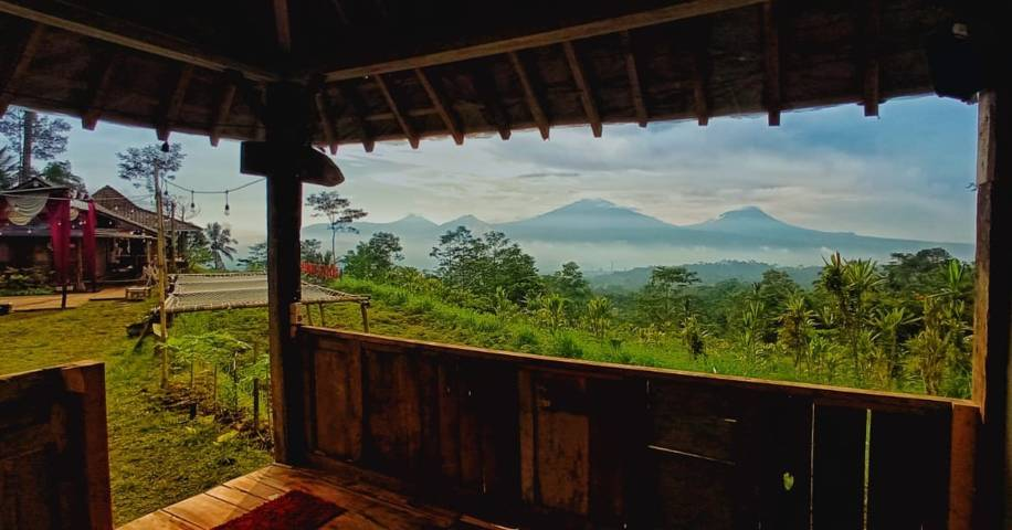 Deretan Gunung Merapi, Merbabu, Andong, dan Telamaya terlihat dari musala di Pawon Teh Tudung. (Foto: Dok/Tugu Jatim)