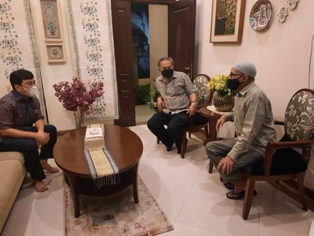 Ali Salim, wartawan senior yang kini tinggal di Kota Surabaya, Jawa Timur, bersama CEO Paragon Salman Subakat serta Pakar Komunikasi dan Motivator Nasional Dr Aqua Dwipayana. (Foto: Dok/Tugu Jatim)