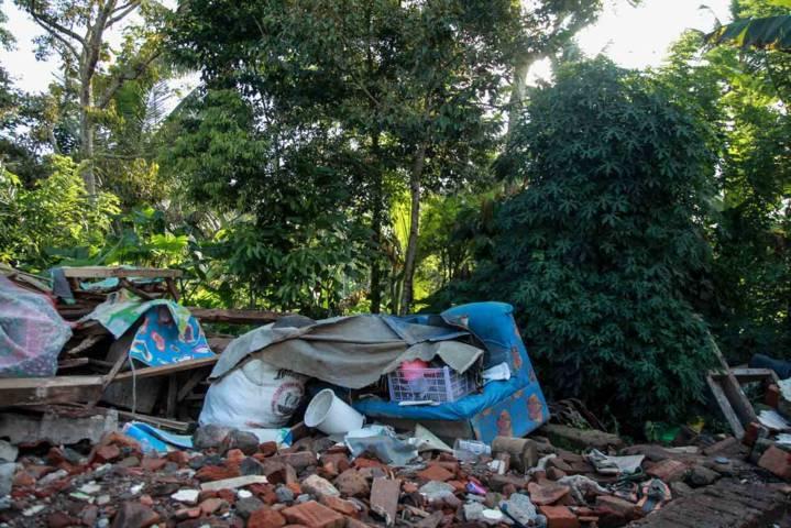 Sebagian perlengkapan rumah tangga Anita rusak dan tertimbun reruntuhan gempa. (Foto: Bayu Eka/Tugu Jatim)