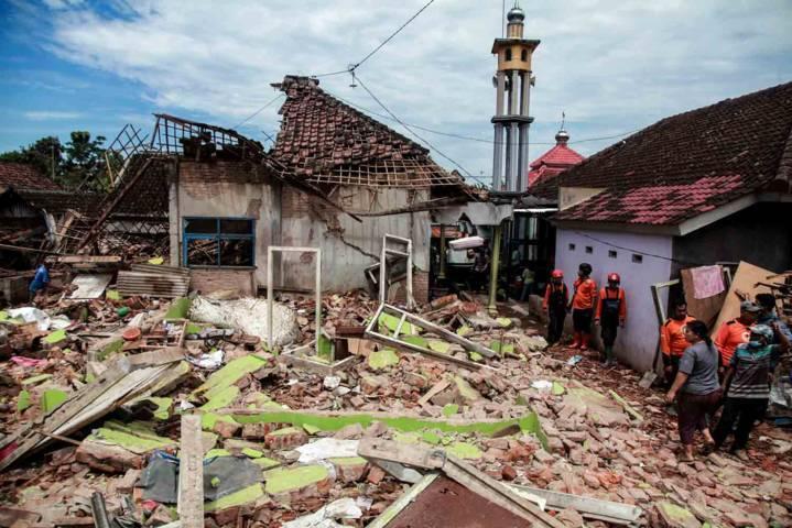 Luluh lantak, sebuah rumah di Kabupaten Malang ini rata dengan tanah dan hanya menyisakan puing-puing. (Foto: Bayu Eka Novanta/Tugu Malang/Tugu Jatim)