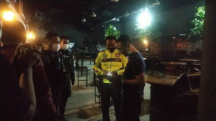 Pamenwas Polresta Malang Kota Kompol Ramadhan Nasution saat memperingatkan manajer Backroom by Triangle, Jumat (02/04/2021). (Foto: Polresta Malang Kota/Tugu Jatim)