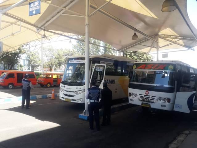 Armada bus Damri yang menunggu penumpang di Terminal Kota Batu. (Foto: Sholeh/Tugu Jatim)