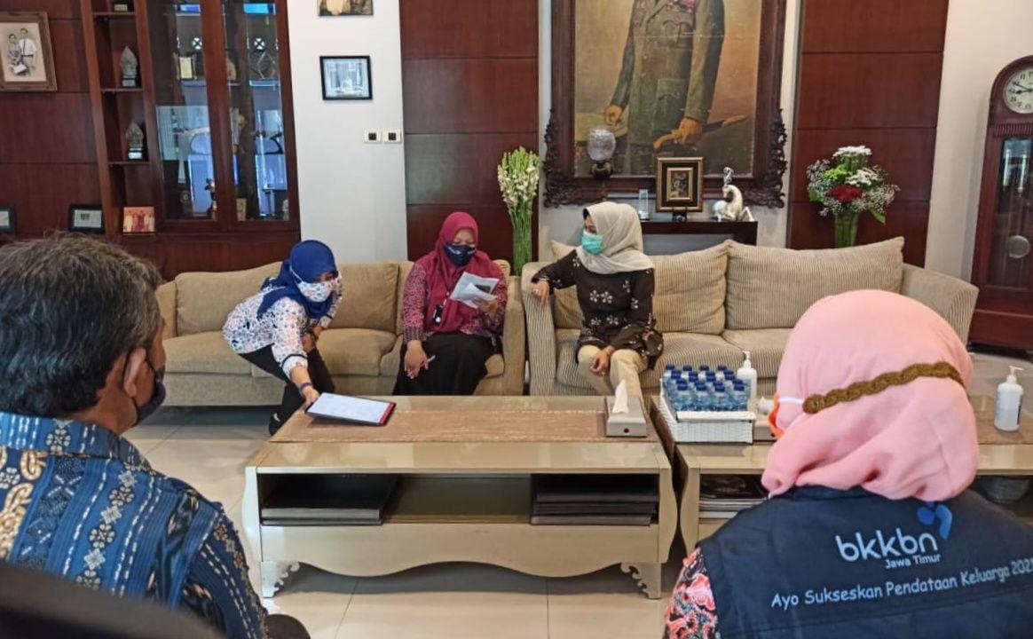 Wali Kota Batu Dewanti Rumpoko menjalani proses pendataan keluarga 2021. (Foto: Diskominfo Kota Batu/Tugu Jatim)