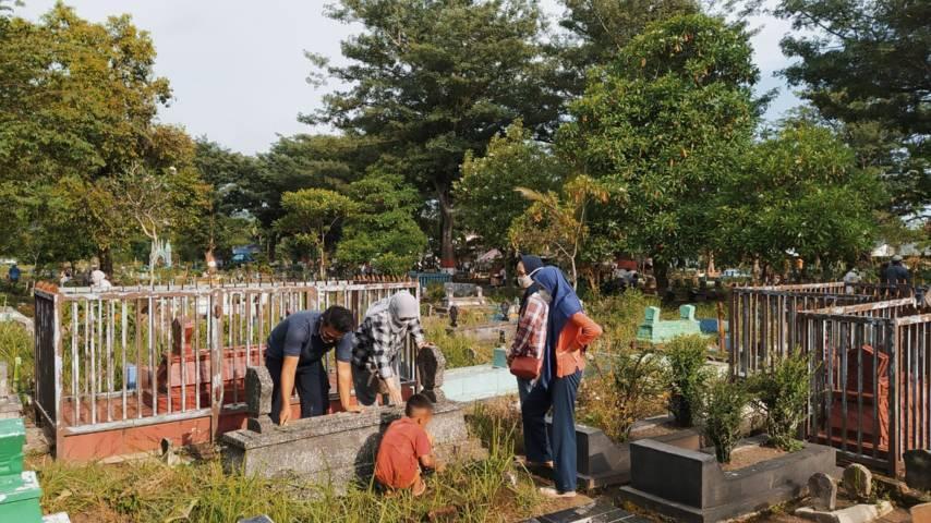 Tradisi nyekar (tabur bunga) dan kirim doa setiap menjelang bulan suci Ramadhan di TPU Kutobedah Malang, Senin (12/04/2021). (Foto:Azmy/Tugu Jatim)