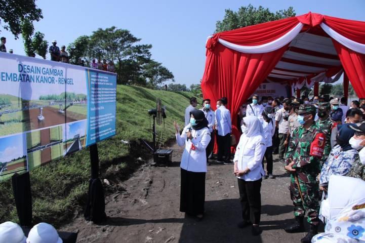 Para undangan yang hadir melihat konsep jembatan.(Foto: Humas Pemkab Bojonegoro/Tugu Jatim)