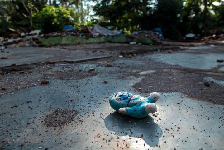 Boneka milik Arum berada di lantai rumahnya yang telah rata. (Foto: Bayu Eka/Tugu Jatim)