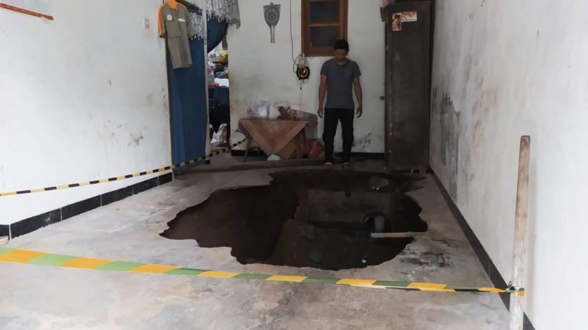 Lubang menganga di rumah Nur Sulianto. (Foto: Azmy/Tugu Jatim)