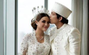 Atta Halilintar dan Aurel Hermansyah foto bersama setelah sah menikah. (Foto: IG Aurel Hermansyah/Tugu Jatim)