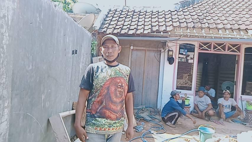 Salah satu warga  Dampit yang rumahnya hancur diterpa gempa. (Foto: Rap/Tugu Jatim)