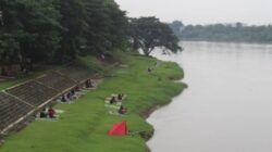Bantaran Sungai Brantas, Kota Kediri, dijadikan spot ngopi santuy. (Foto: Noe/Tugu Jatim)