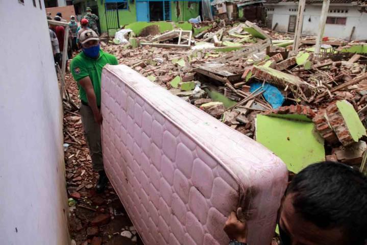 Proses evakuasi menyelamatkan barang-barang pasca Gempa Malang berkekuatan M 6,1, Sabtu (10/4/2021) kemarin. (Foto: Bayu Eka Novanta/Tugu Malang/Tugu Jatim)